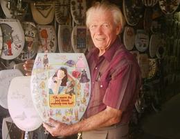 Người đàn ông dành cả đời sưu tập và vẽ 1.400 nắp bồn cầu nghệ thuật