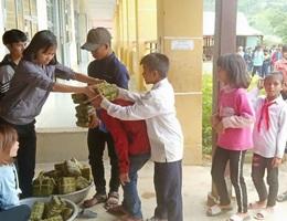Thầy cô mổ heo, gói bánh cho học sinh vùng cao đón Tết