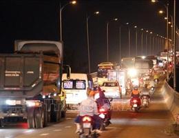 Tắc đường gần 10km từ thành phố Bến Tre đến cầu Rạch Miễu