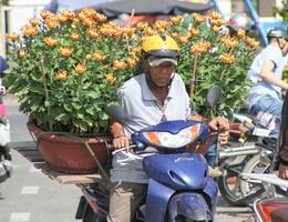 """Xe ôm kiếm """"bội tiền"""" nhờ chở hoa, cây cảnh Tết"""