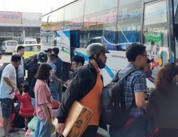 Người dân tay xách nách mang rời Đà Nẵng về quê ăn Tết