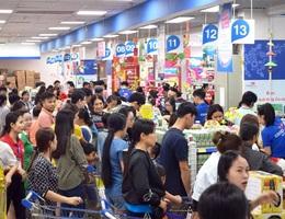 """TPHCM: Người dân """"rồng rắn"""" chờ tính tiền ở siêu thị trong ngày cao điểm Tết"""