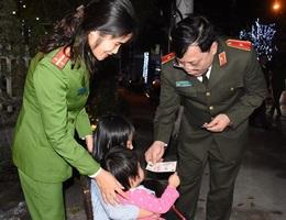 Nữ Trung úy công an đưa 2 con cùng đi trực tết