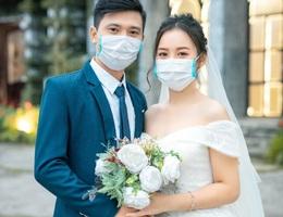 """Dịch corona bùng phát, bộ ảnh cưới cô dâu chú rể đeo khẩu trang gây """"sốt"""" mạng"""