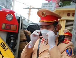 CSGT Hà Nội tiếp tục kiểm tra nồng độ cồn qua ống thổi dùng một lần