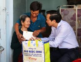 Bộ trưởng Đào Ngọc Dung thăm gia đình chính sách ở Tây Ninh