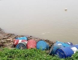 """Khởi tố """"thương nhân"""" lén lút vứt hơn 3 tấn dầu thải ra sông Hồng"""