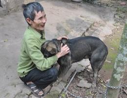 Xót thương người đàn ông mù lần mò nuôi em gái tâm thần trong đói nghèo