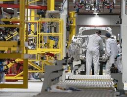 Aston Martin, McLaren và Morgan đồng loạt dừng sản xuất