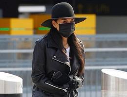 Nicole Scherzinger đeo khẩu trang ra sân bay cùng bồ trẻ