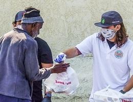 Con trai Michael Jackson phát đồ ăn cho người nghèo