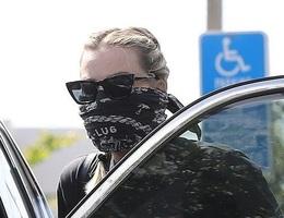 """Margot Robbie biến khăn thành """"khẩu trang"""""""
