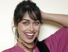 Hoa hậu Anh tình nguyện quay trở lại làm bác sĩ chống dịch Covid-19