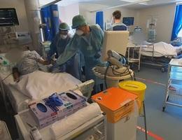 """Video về """"cuộc chiến"""" chống Covid-19 trong khu chăm sóc tích cực tại Anh"""