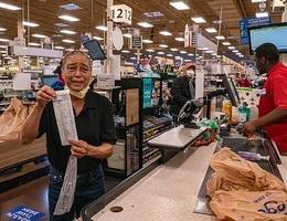 Tyler Perry trả tiền cho người lớn tuổi mua sắm tại 73 cửa hiệu