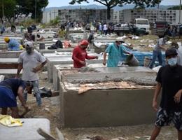 Mòn mỏi chờ nhận thi thể nạn nhân Covid-19 ở Ecuador
