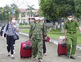 Hàng trăm người háo hức trở về nhà sau 21 ngày cách ly tập trung