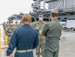 Hơn 400 thủy thủ tàu chiến Mỹ mắc Covid-19, một người bất tỉnh khi cách ly