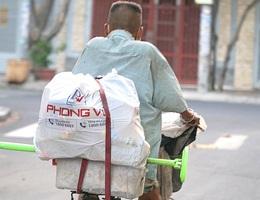 Người bán hàng rong, quét rác vui vì sẽ được hỗ trợ từ gói 62.000 tỷ đồng