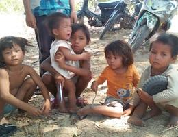 """Thương những đứa trẻ """"vô tội"""" đói nheo nhóc sống chui trong lều tạm"""