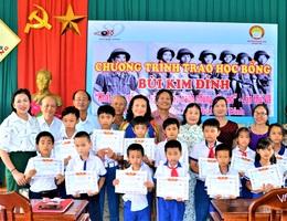 Quảng Trị: Trao học bổng đến học sinh nghèo vượt khó hiếu học