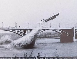 Cú bay huyền thoại xuyên qua gầm cầu của tiêm kích cận siêu âm MiG-17