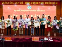 Bộ trưởng Bộ Nông nghiệp tặng Bằng khen cho phóng viên Dân trí
