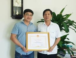 Chủ tịch Quảng Bình tặng Bằng khen cho phóng viên Báo Dân trí