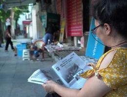 """Vì sao người Hà Nội vẫn chọn báo giấy là """"thức quà sáng"""" đặc biệt?"""