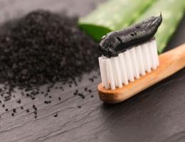 Kem đánh răng chứa than có làm trắng răng không?