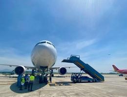 """Hốt hoảng vì xe ô tô chạy """"cắt đuôi"""" máy bay đang lùi tại Nội Bài"""
