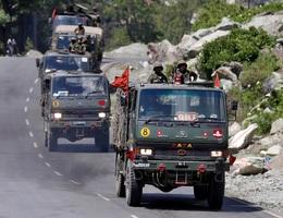 """Trung - Ấn rầm rộ đưa quân đến biên giới """"so găng"""" lực lượng"""