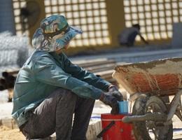 TPHCM: Đề xuất chi 100 tỉ đồng giúp lao động làm bảo vệ, giúp việc, thợ hồ