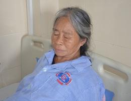Mặc kệ cái chết, người mẹ nghèo chỉ lo con gái ngớ ngẩn đang mắc ung thư