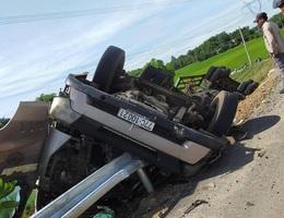 Giải cứu 2 người trong chiếc xe container lật ngửa