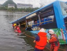Tài xế Trung Quốc cố ý lao xe xuống hồ làm 21 người chết để trả thù xã hội