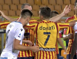 Học tập Luis Suarez, hậu vệ ở Serie A cắn trộm đối thủ
