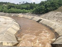 Vì sao nước hồ thủy lợi lớn nhất tỉnh Hà Tĩnh đổi màu?
