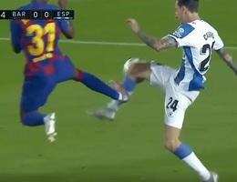 """""""Messi mới"""" vào bóng thô bạo, suýt khiến Barcelona ôm hận"""