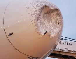 Máy bay bị móp méo phải hạ cánh khẩn cấp vì mưa đá