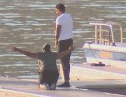 Mẹ Naya Rivera đau đớn quỳ bên hồ chờ tin con gái