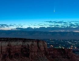 Cảnh tượng sao chổi bay ngang qua trái đất đầy ngoạn mục