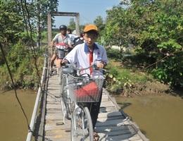 Học sinh run rẩy qua cầu bê tông già cỗi đến trường