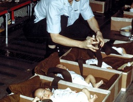 """Ký ức về """"chiến dịch không vận trẻ em"""" cách đây 40 năm"""