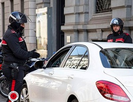 """Ý: Cặp đôi """"mây mưa"""" trong xe ô tô bị bắt vì vi phạm lệnh phong tỏa"""