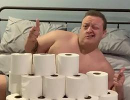 Khoe có nhiều giấy vệ sinh để kiếm người yêu mùa dịch