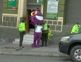 Cảnh sát hóa trang thành corona xuống đường nhắc nhở người dân