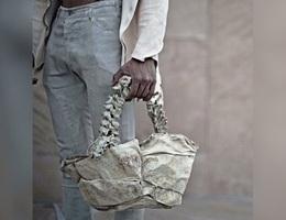 Bùng nổ tranh cãi quanh chiếc túi thời trang làm từ xương sống con người