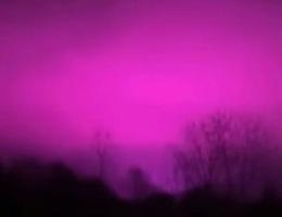 Bí ẩn bầu trời đêm chuyển màu hồng tím