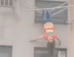 Thiếu nữ say xỉn, treo mình trên giá phơi đồ ngoài cửa sổ tầng 8